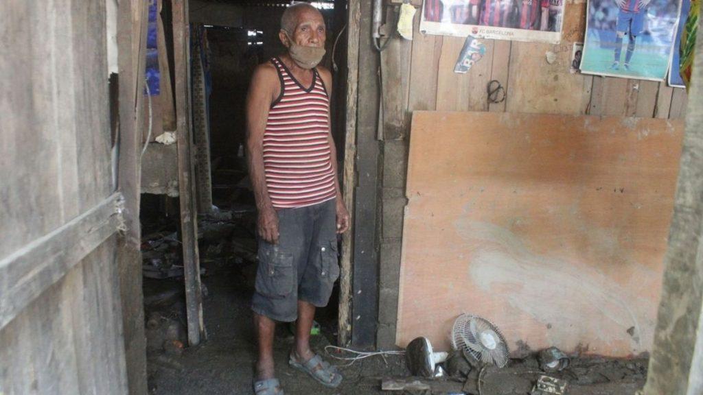 Ein Mann steht in seinem vom Zyklon zerstörten Haus